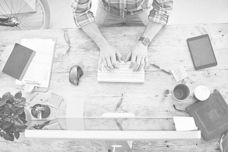 escritorio, mesa y ordenador estudio de diseño