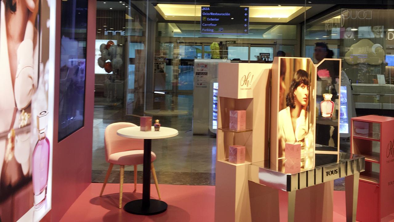 Diseño y Publicidad. Diseño, fabricación e instalación espacios promocionales perfume TOUS Oh! The Origin. Perfumería Douglas. Centro Comercial La Gavia. Madrid.